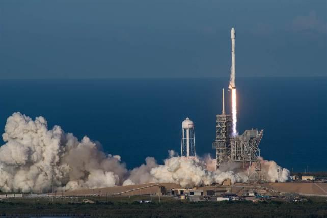 170330-spacex-rocket-launch-handout-se-733p_101eca06708d6223af60f6cca343ba18.nbcnews-ux-2880-1000.jpg